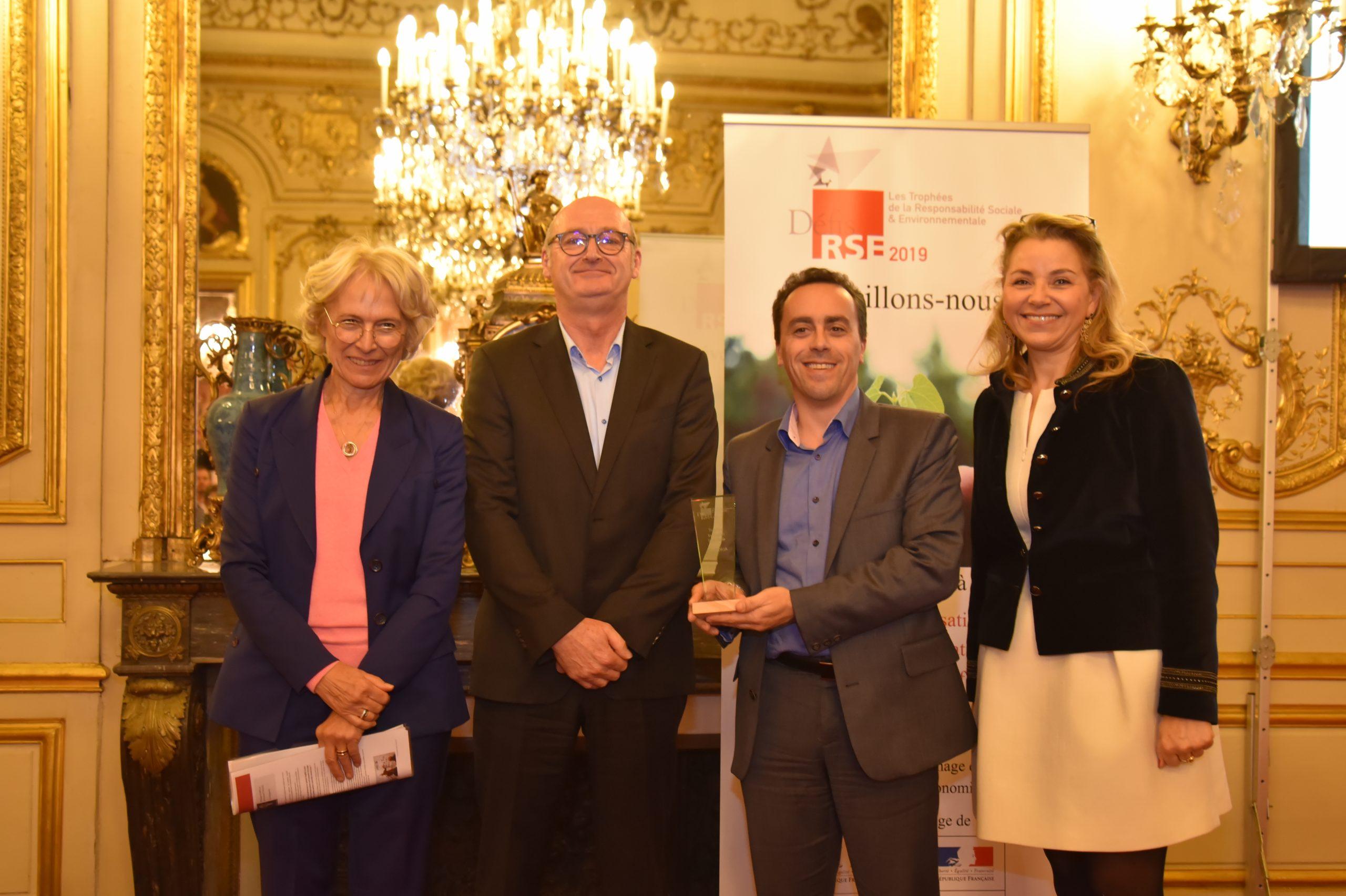 Trophée Défis RSE 2019 Inclusion Sociétale : Remettant : Danielle Deruy, AEF – Lauréat : RESTORIA, Emmanuel Saulou et Philippe COMTE