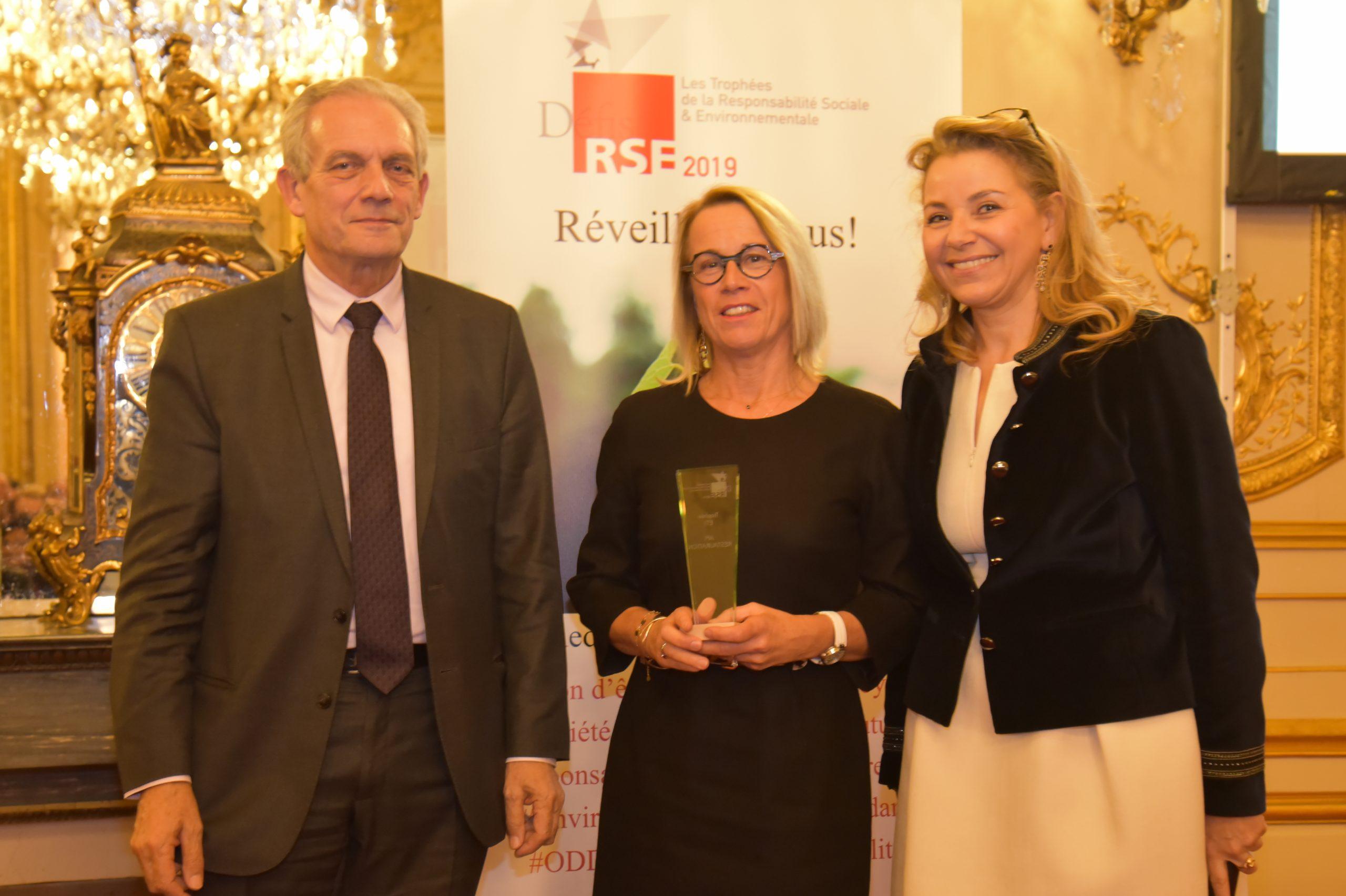 Trophée Défis RSE 2019 ETI : Remettant : Jean-Marc Gabouty, Sénat – Lauréat : API RESTAURATION, Béatrice Debosque