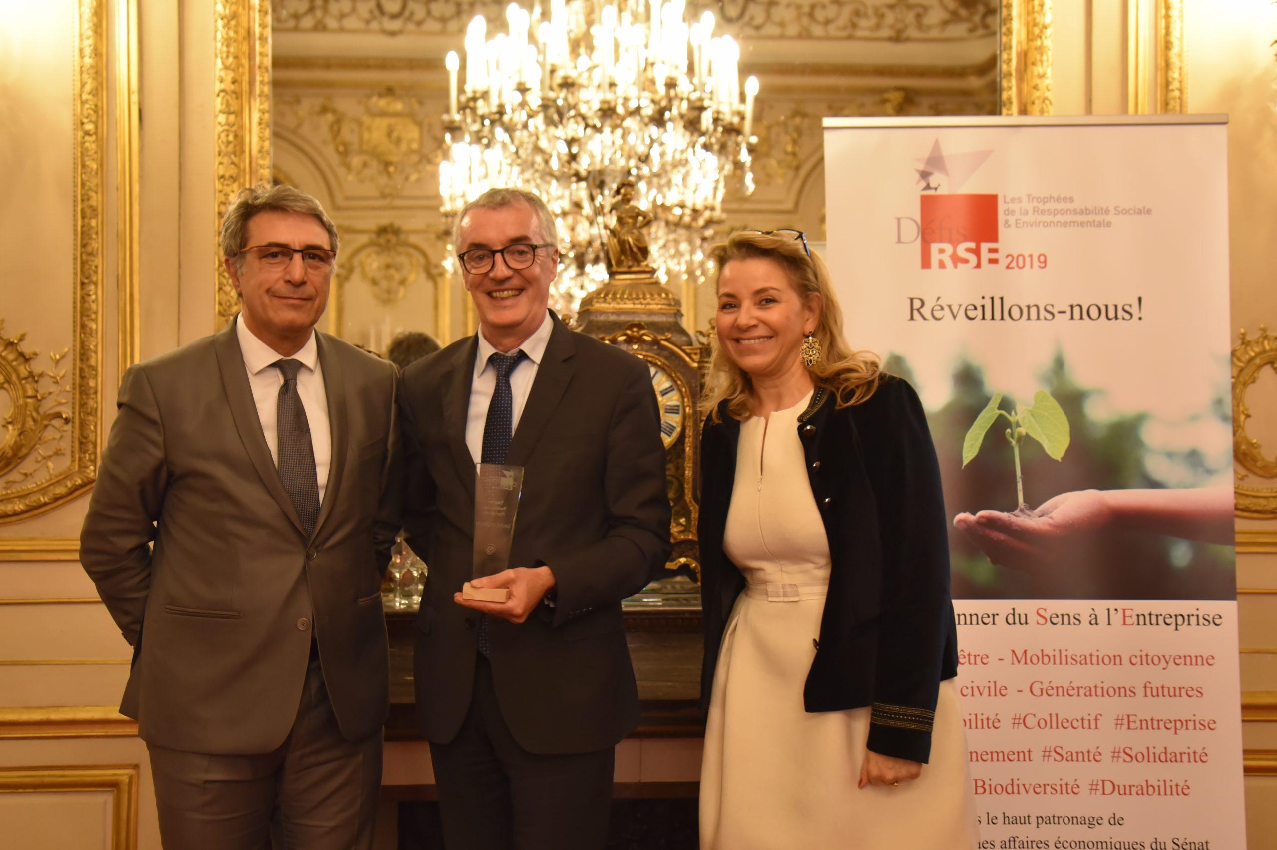 Trophée Défis RSE 2019 Ressources Humaines : Remettant : Jean-Louis Ribes, DSI – Lauréat : SAINT-GOBAIN, Régis Blugeon
